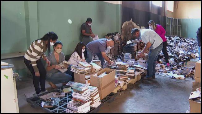 Voluntários se mobilizaram para separar livros em boas condições após incêndio — Foto: Reprodução/EPTV